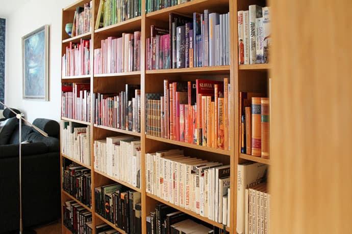 DIY Rainbow Bookshelf: Organize Your Books by Color