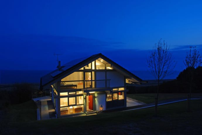 Small minimalist cottage beach house in uk for Minimalist house uk