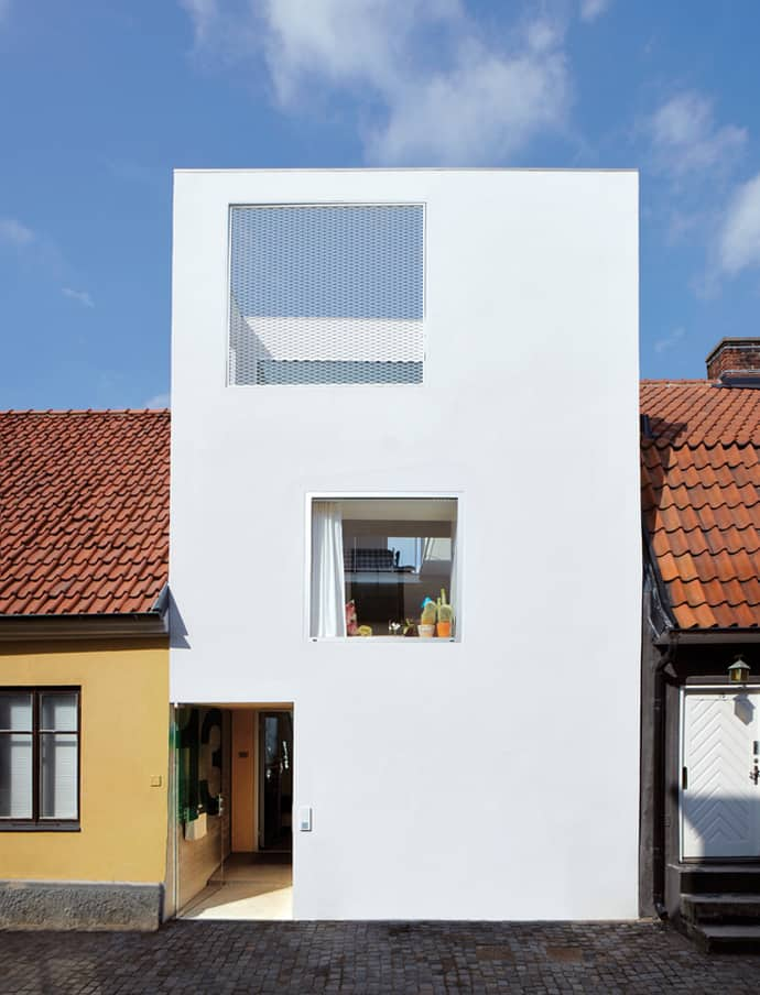 Minimalism modern house inserted successfully between old for Minimalist house facade