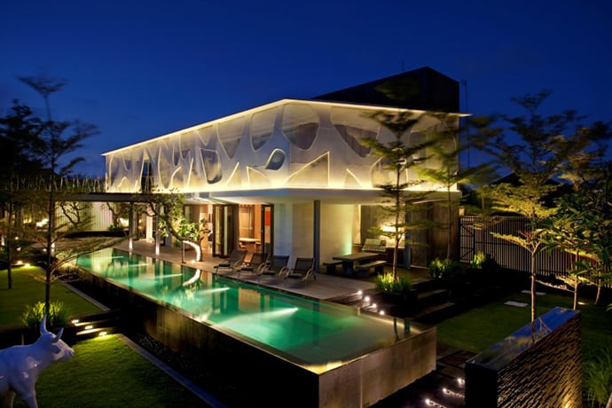 Spectacular Tropical Villa With Floor To Ceiling Glass Windows