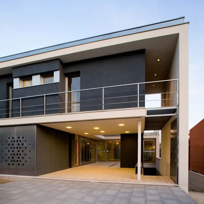 Modern Entrance Design With Decorative Aluminium Fence For: CHV House By Aguilera Guerrero, Catalunya, Spain