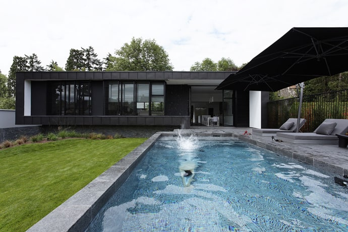 Pool modern house by lode architecture france - Plan maison californienne ...
