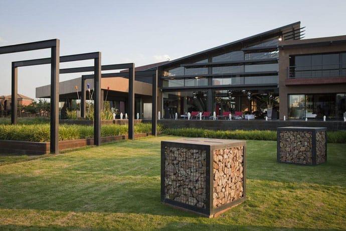 Ngôi nhà hiện đại được vật chất hóa trong vùng hoang dã - Nhà Tsi của kiến trúc sư Nico van der Meulen (7)