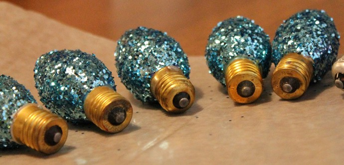 designrulz-  Glittered Christmas Light Bulbs -007