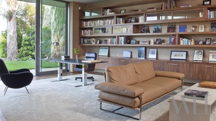 """house-designrulz-001 """"height ="""" 388 """"width ="""" 690 """"srcset ="""" https://cdn.designrulz.com/wp-content/uploads /2014/01/house-designrulz-001.jpg 690w, https://cdn.designrulz.com/wp-content/uploads/2014/01/house-designrulz-001-425x239.jpg 425w """"size ="""" (tối đa -4: 690px) 100vw, 690px """"/> </source></source></picture></p> <p> Hẻm núi và tầm nhìn từ Công viên bang Will Rogers (California) đã xác định sơ đồ tầng, cách bố trí các phòng và hướng chính xác của chúng trên trang web. Từ lối vào, Ngôi nhà dẫn thẳng vào phòng lớn và ra một hồ bơi vô cực đến rìa của trang web. Ngôi nhà bao quanh sân và hồ bơi trên một lô đôi, với các phòng ngủ thứ cấp, nằm dọc theo đường phố. đồ nội thất trung tính kết hợp các thiết kế tùy chỉnh, các mảnh cổ điển như ghế bành Marco Zanuso của thập niên 1950 và bàn Brazil năm 1960, với các tác phẩm hiện đại bao gồm ghế Minotti và wo hóa đá bàn cà phê od từ DAO. Đằng sau một mặt tiền tối giản và có phần đáng sợ của kẽm được chế tạo tùy chỉnh và vữa trơn là một ngôi nhà thoáng đãng và thấm nhuần sự đơn giản. </p> <p><picture class="""
