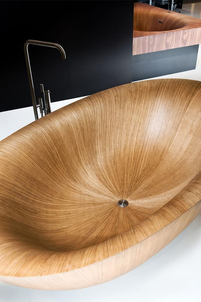 Beautifully-designed-wooden-bathtub