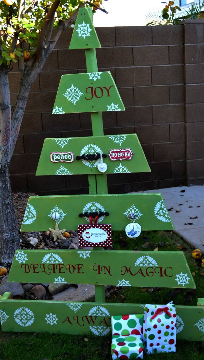 45 Creative DIY Dollar Store Christmas Decor Crafts that Require Little More than a Glue Gun