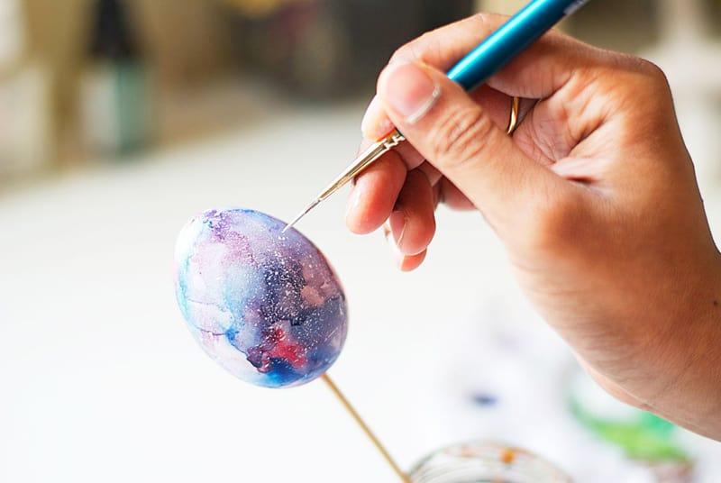 diy-galaxy-painting-on-easter-egg_designrulz (9)