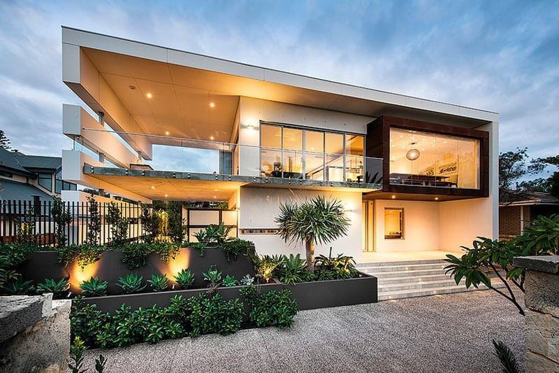 Stunning modern rectangular house with a splendid for Classic beach house designs