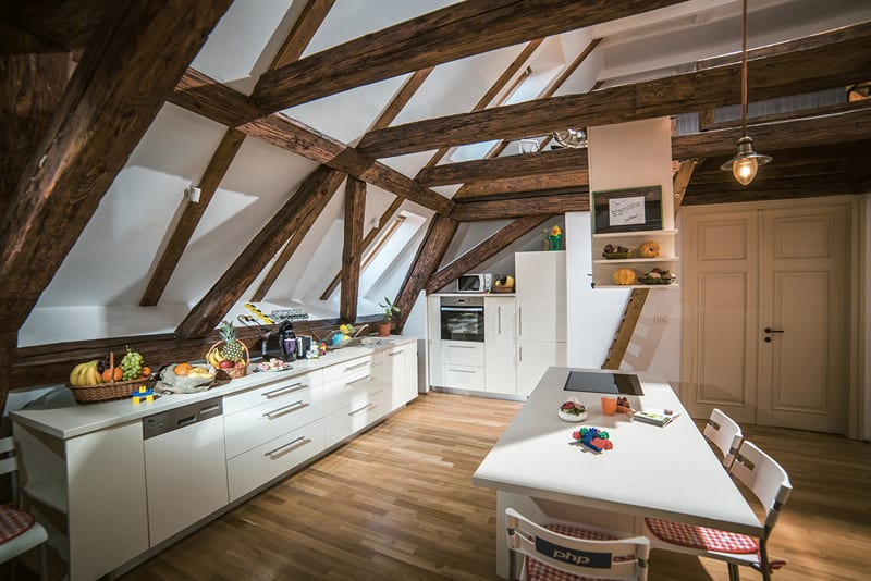 25 modern interiors with exposed ceiling beams for Dynamic kitchen design interiors