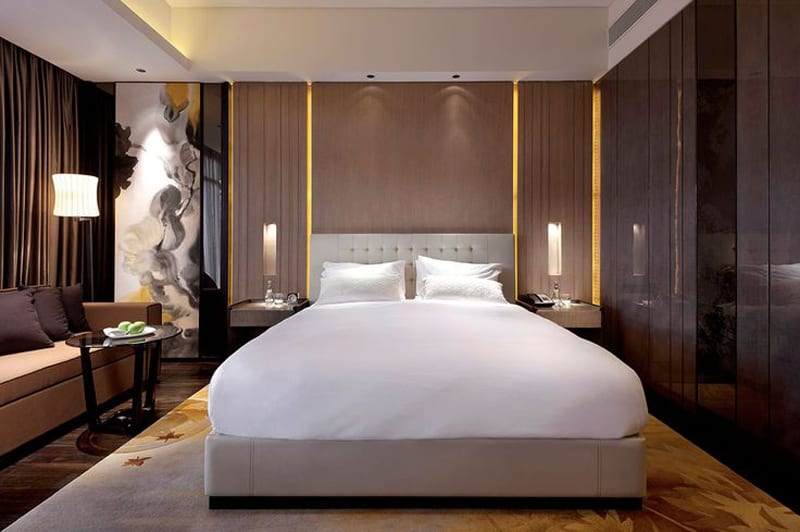 Hotel room design ideas that blend aesthetics with for Hotel room interior design