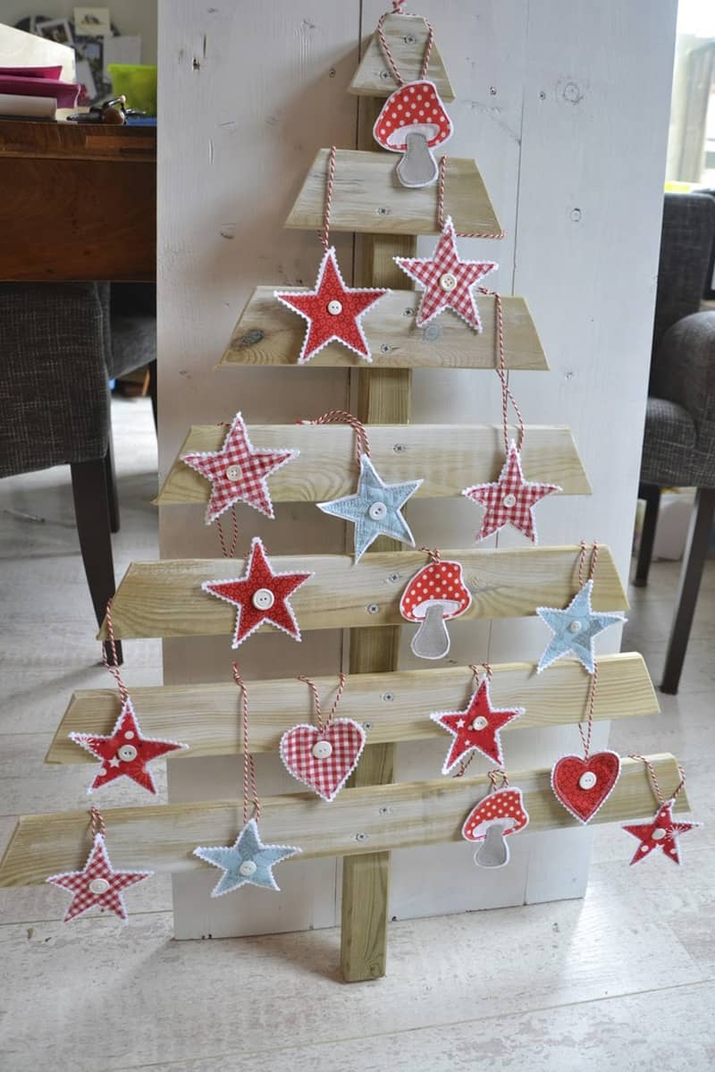 Christmas decorations using pallets