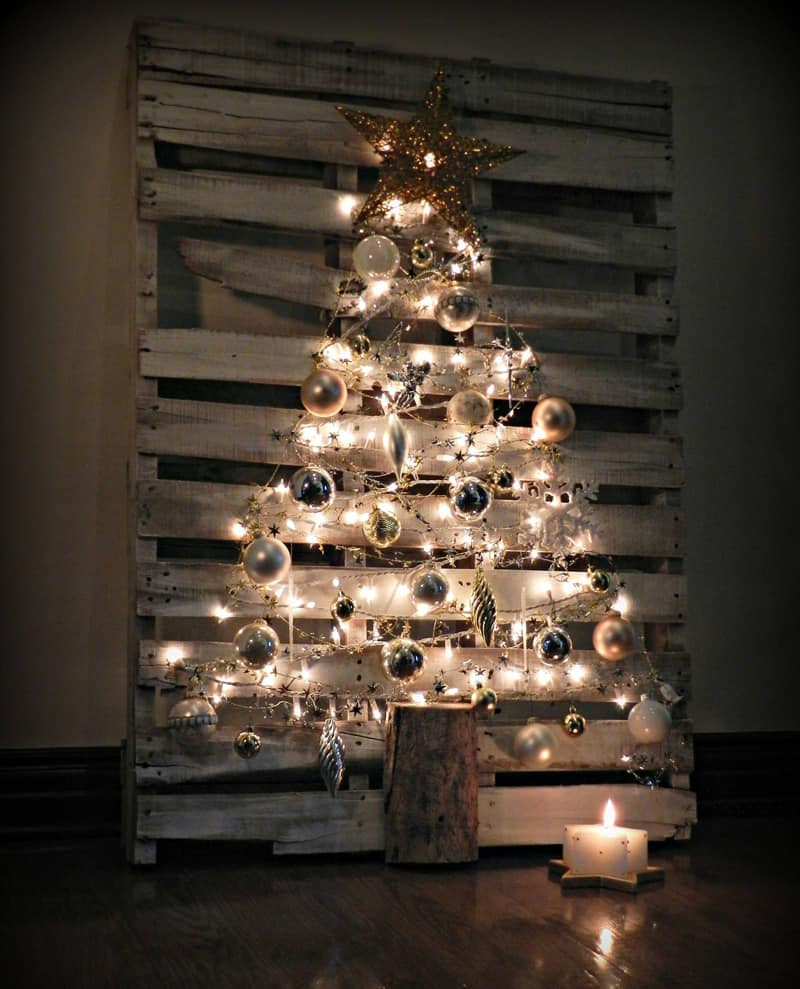 20 christmas decorations using pallets for Decoration exterieur pour noel