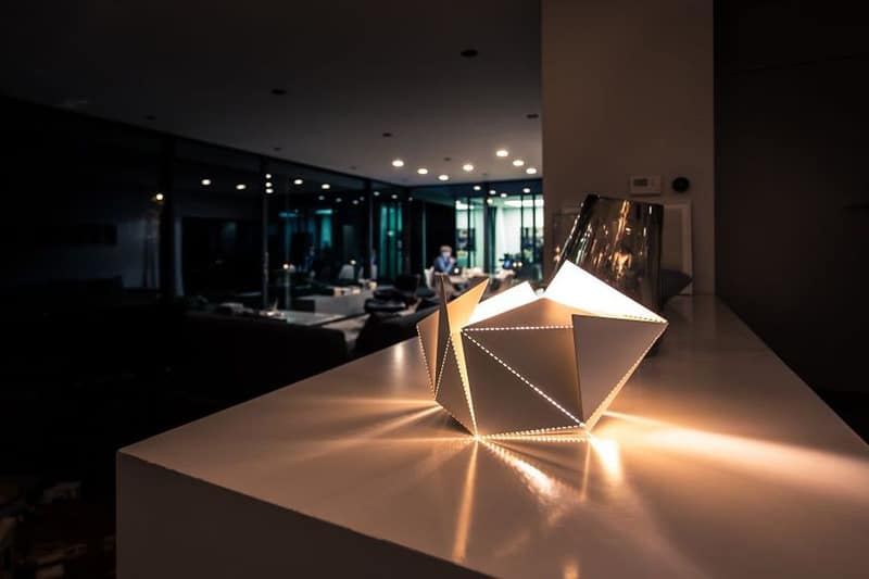 Origami-Inspired-Folding-Lamp-By-Thomas-Hick-designrulz (4)