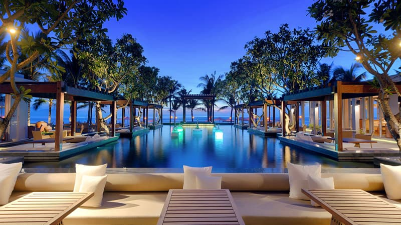 Naman beach bar combines bamboo thatch and stone for Beach bar design