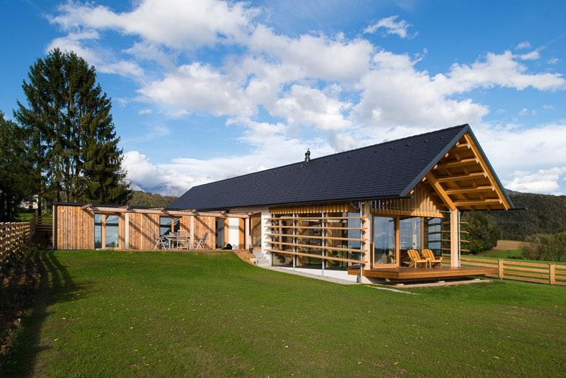 Modern wooden house by biro gasperic velesovo slovenia for Modernes haus hanglage
