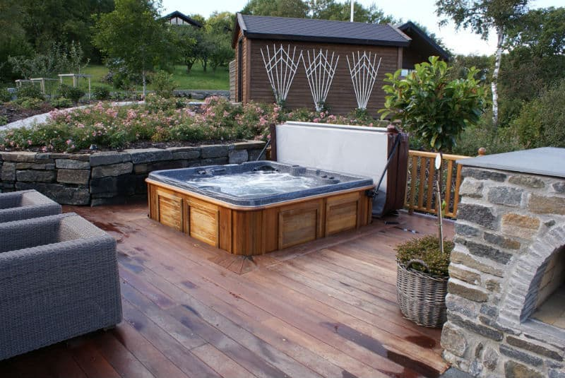 30 stunning garden hot tub designs for Hot tub landscape design